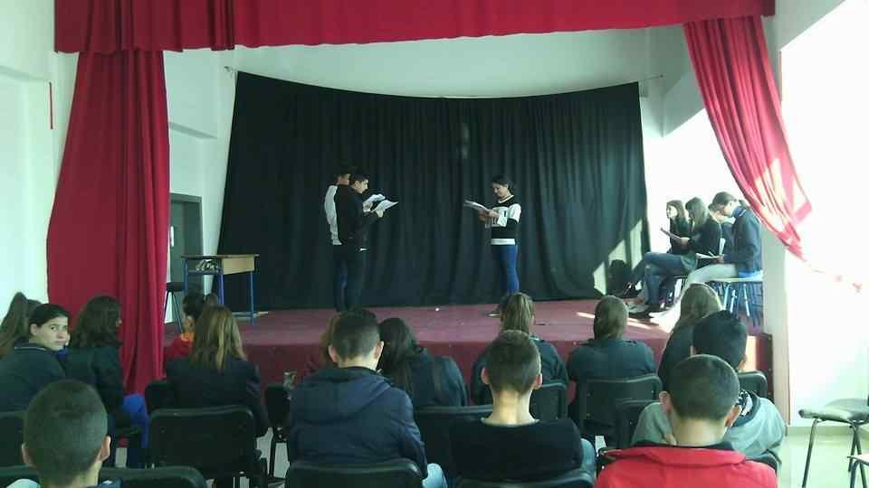 """Nxënësit e shkollës së mesme """"Isa Boletini"""" përgjatë provave në teatrin e shkollës"""