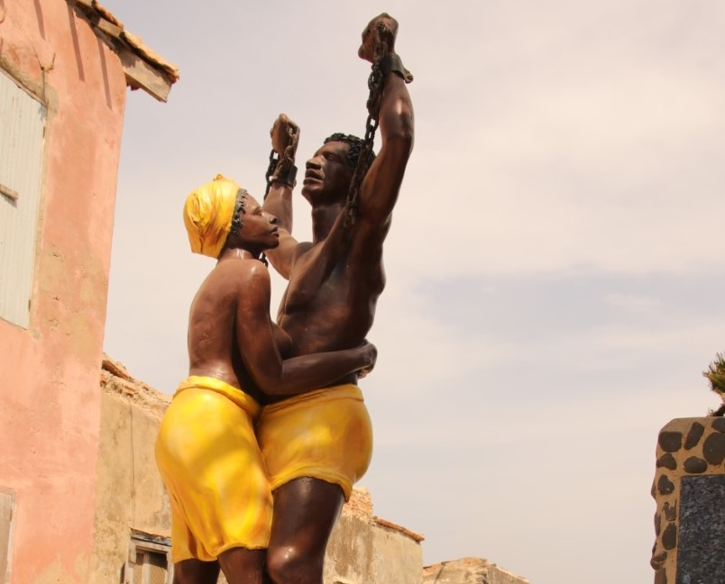 Statujë përkujtimore në ishullin e skllevërve Gorée, Senegal
