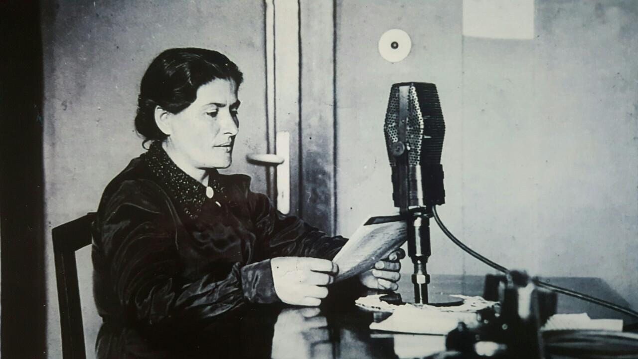 Në fotografi Kaliopi Plasari, folësja e parë në radio Tirana, vitet '30.