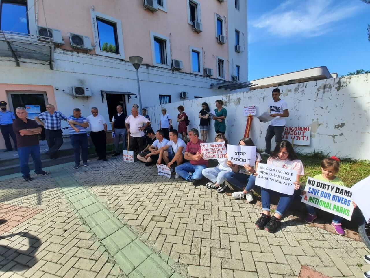 Banorë dhe aktivistë në mbrojtje të Parkut Kombëtar Zall-Gjocaj, në pritje të vendimit të Gjykatës Administrative Tiranë. 15.06.2020